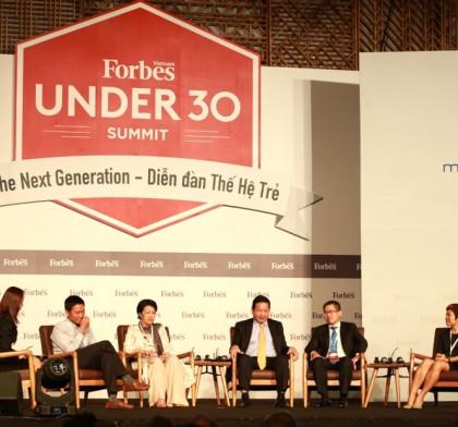 Sự kiện Forbes Under 30 Summit bắt đầu bằng phần thảo luận với bà Tôn Nữ Thị Ninh - Cựu Đại sứ Việt Nam tại châu Âu, ông Lê Hồng Minh - Tổng giám đốc Công ty Cổ phần VNG và một số diễn giả khác