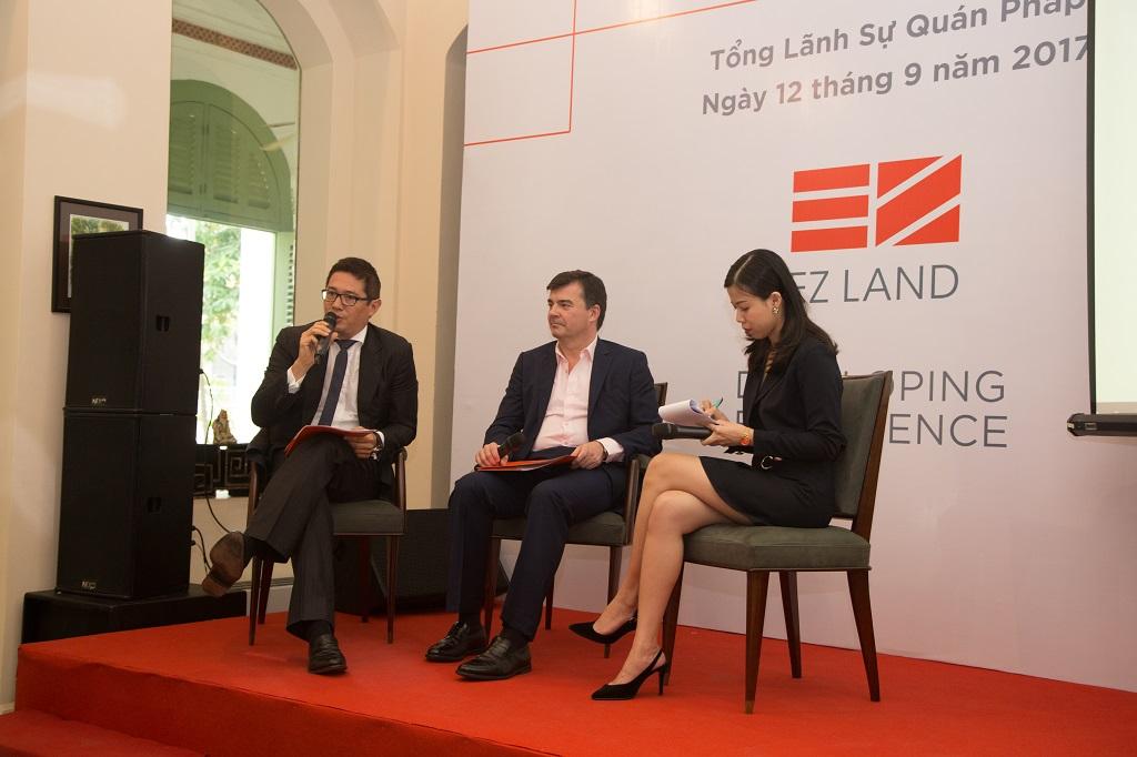 Đại diện công ty EZ Land Ông Đỗ Ngọc Olivier' Dũng (trái) và Ông Oliver Brazier