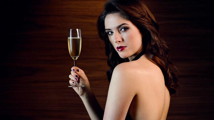 Kết quả hình ảnh cho phụ nữ và rượu vang